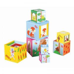 Cuburi de stivuire prin padure joc pentru copii